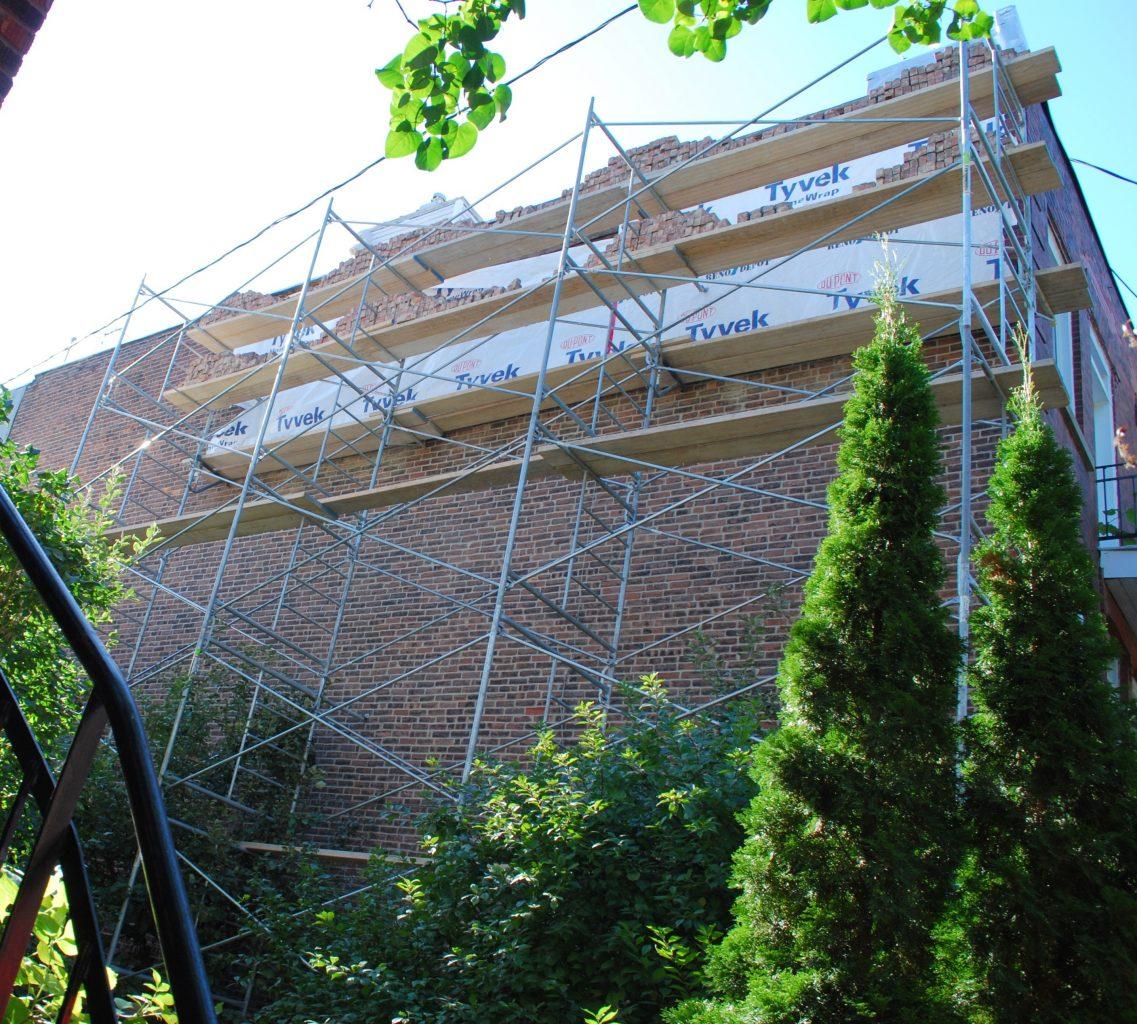 Réparation du mur de brique